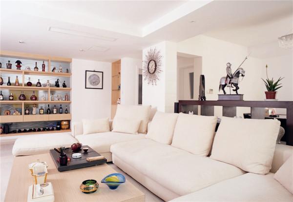客厅的整体色调采用米色色系的,规整舒适的布艺组合沙发为客厅增添了几分休闲感,再配以原木色茶几,装饰柜等家具,使客厅明亮而不失稳重感