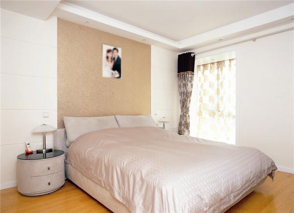 卧室设计十分简洁大方,浅粉色的家具与床罩、窗帘等软装的色彩相互映衬,夫妻俩的新婚照挂在床头,让每个走进房间的人都能感受到甜蜜和温馨