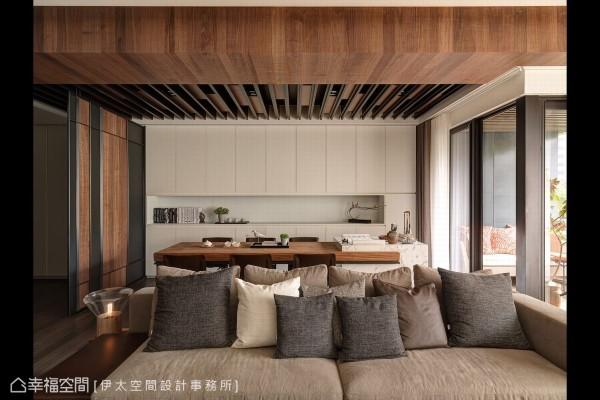 铁件格栅与木质于天花营造跃动的视觉感受,此区不仅为餐厅也是女主人挥毫创作的空间。