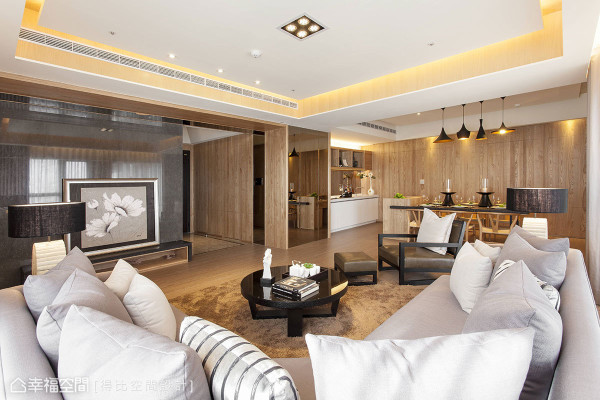 客厅中,海湾型的沙发配置不但满足了三代同堂共聚所需,搭配上皮革单椅,也可作为玄关入室的视觉焦点。