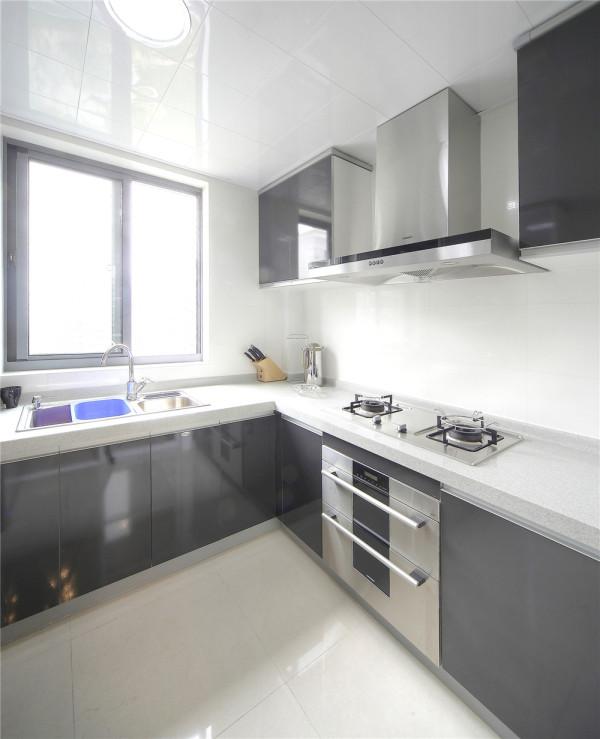 灰色的烤漆厨柜有耐脏易清洁的优势,弥补了业主经常长时间在厨房操作容易产生油渍污渍的问题,另外厨房内的布局规划也十分简明合理