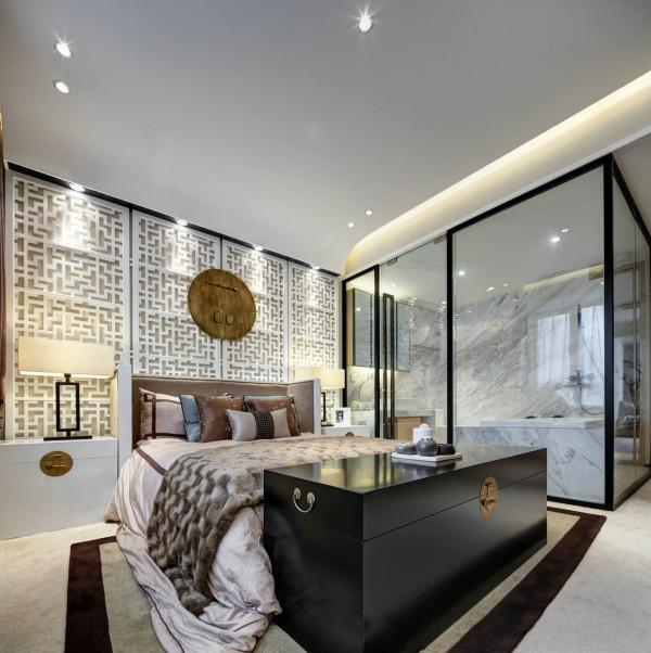 主卧室的设计采用的是较多的古典元素设计,雕花的卧室背景墙,和床尾的柜体的设计,都是较为中式化的设计,只是在主卫的设计上选用的是现代的玻璃设计,美观,同时也使整个卧室的空间感更强,更通透大气。