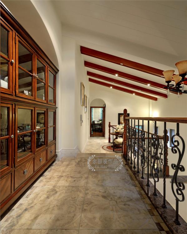 楼梯走廊,展示柜。展示主人的收藏和生活爱好
