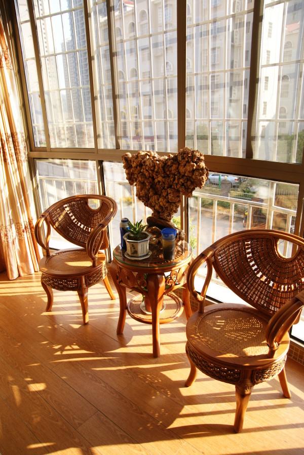巧妙借助凸窗,客厅尽端成为了一个天然休闲区。长沙装饰业主的空间有限,物不在多,设两把藤椅、一个同样材质的花篮架,再邀来足够纯澈的自然光,便能孵出一室闲情。