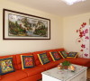 客厅橘红色现代沙发热情似火,让来客不自觉卸下了拘谨,修长轮廓配上柔软皮质,保留了板式家具的简约感,但又不显生硬。