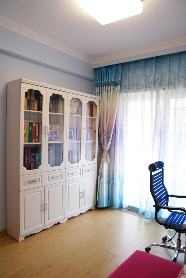 书房亦以蓝色墙面筑底,由于书柜、书桌椅等主要家具均为秀致精巧的款式,为了不让空间流于空洞,在冷色调的基础上,特意设立的玫瑰红软榻丰盈了颜色层次。