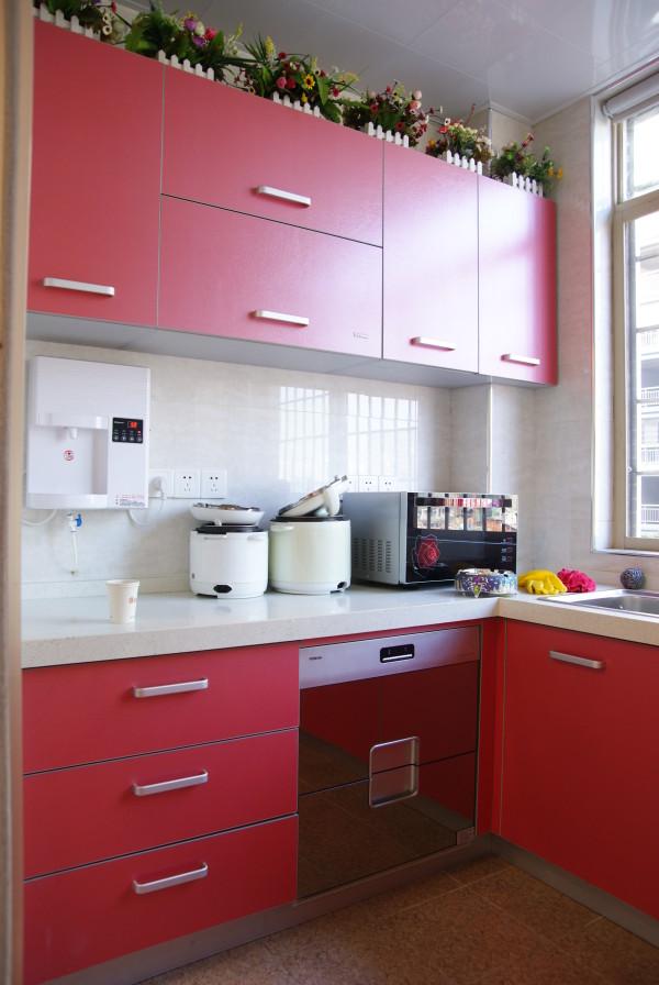 玫瑰色厨房橱柜,那般的明晰无垢亦能让人眼前一亮。吊柜顶端,整整齐齐排列着一队盆栽,怡红快绿两出婵娟,点染出了寓于人间烟火地里的悠然意境。