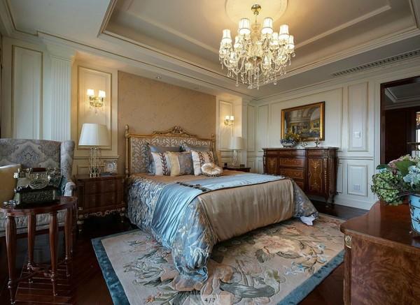 次卧二的衣帽间给主卧使用,弥补了原本主卧没有衣帽间的缺憾。室内的大理石壁炉、沙发、精美的地毯、吊灯等装点着整个空间,构成室内华美厚重的气氛。