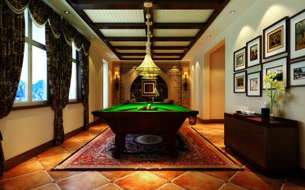 地下室浓重的美式乡村设计理念: 整体上采用做旧的方式,体现在地板,壁纸,地毯,还有天花的白和地板体现着地中海风格 ,亮点:豪华 既有宗教特色又有享乐主义的色彩;麻将桌与台球桌体现了这点。