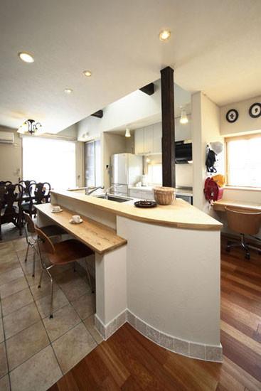 木板打造的小吧台,可以作为休闲区域。摆放的一套咖啡杯,体现出主人悠闲的生活情调。深木色的餐桌,厚实的木材质感,给人温和之余不失素雅。