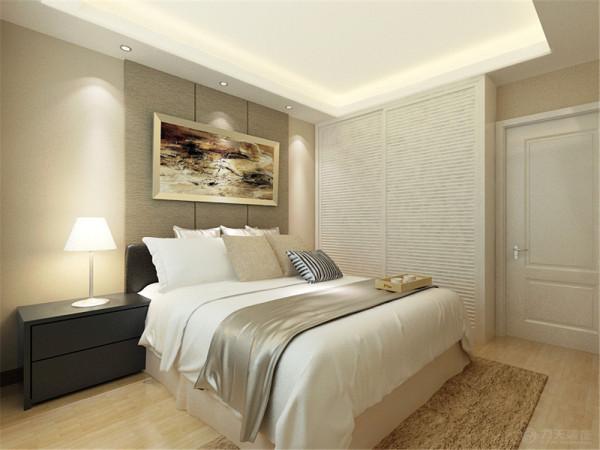 卧室也是回字形吊顶,床头背景墙是硬包,卧室的衣柜是百叶门的通顶衣柜,在靠窗户的部位放了一个简易的写字台,整体表现出现代简约的效果。