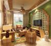 """客厅以大气优雅为主,纯木色的电视柜加上墙面木装饰的装饰造型,吊顶同样采用木质和麻质相结合,让业主感受自然的""""味道""""。"""
