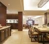 客厅与餐厅以柚木饰面及木格花造型体现格调高雅的风格特点,结合客户自身的需求与习惯,给业主创造一个简约、时尚、舒适的环境。吊顶装饰为简约大气的空间增添了不少光彩,能营造出丰富多彩的室内空间艺术形象。