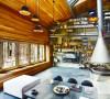 宽敞的客厅,窗台和天花板巧妙的融为一体,仿佛一个林间树屋。