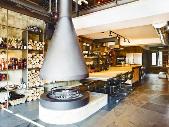 餐厅里有一个独特的厨房器具,个性十足,背景墙用许多铁板简单的隔断构建成多格的收纳格,个性而实用。
