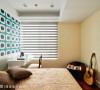 使用温暖的鹅黄色调作为空间的主色,床头墙则以现代感的设计语汇呈现,强调年轻人的个性与活力。