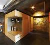 木质的家居给人简约的感觉,拐角处巧妙的空间设计能有效的收纳东西。