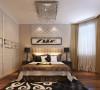 卧室整体贴浅奶咖色的墙纸,显得整个空间温馨大气,波浪板的背景墙简约而不简单,小百叶的衣柜移门与整体风格契合。软装方面,依旧点缀皮毛与铁艺的元素。