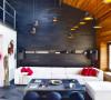 方方正正的黑色茶几,和地板颜色及背景墙巧妙的搭配起来,和浅色的沙发以及红色的靠枕形成了鲜明的色彩对比。