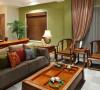 客厅的走廊和沙发背景都是用罗丹的木纹石,600*300规格上墙的,因为家里有小孩子会拿笔胡乱涂抹墙面,考虑到长期居住的整洁美观效果,设计师使用原木视听背景墙与石材的对比,体现新中式的设计造型。