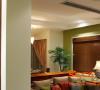 吊顶的四周也加了实木线条呼应。客厅的家具和窗帘布艺的色彩搭配是纯天然的色调,清新入目。