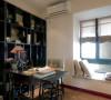 书房采用实木书柜及书桌椅,呼应了新中式的整体风格,飘窗大理石台面上放两个靠枕以便劳累时休息。