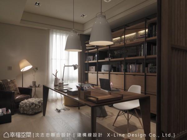 透过书房作为中介空间,转化出男女主人的特性,其中包含日式隔屏,展现出男主人的静谧与规律。