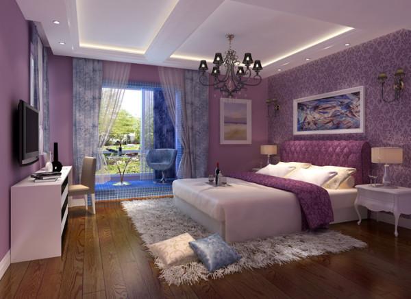 这间卧室为业主居住的房间。无需过多的装饰,白色的家具,紫色的配饰,黑色的水晶吊灯以及独特的。