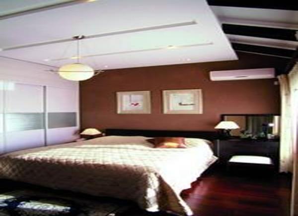 大的空间营造的个性大气,让人安静的进入梦乡。 亮点:卧室的陈设不多,依然是简单随性,新颖的吊顶个性灯具,一张床,在搭配上咖啡色的色调,给人以舒适的感觉