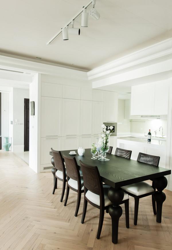 餐厅:以厨房空间为白主题,餐厅用黑色,反差色,让空间感更强