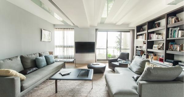 客厅:简单大方,以青灰为主色,沙发后墙以分融柜为主,合理利用空间,放入业主阅读书籍,方便合理