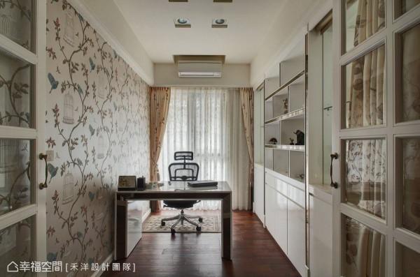 为预留四房改以三加一房的使用弹性,格子窗型塑的书房空间,禾洋设计安排入布幔软件,典雅经营出作为客房时使用的隐私感。