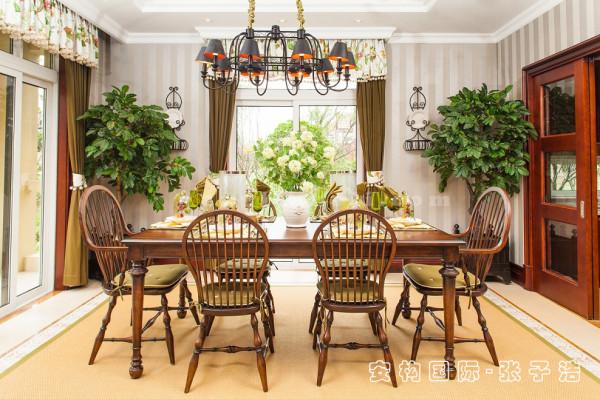 【餐厅】实木是美式乡村空间里必不可少的元素,多种颜色的选取改变了原有实木带来的空间印象。运用天然木、石、藤、竹等材质质朴的纹理作为装饰。巧于设置餐厅绿化,创造自然、简朴、高雅的氛围。