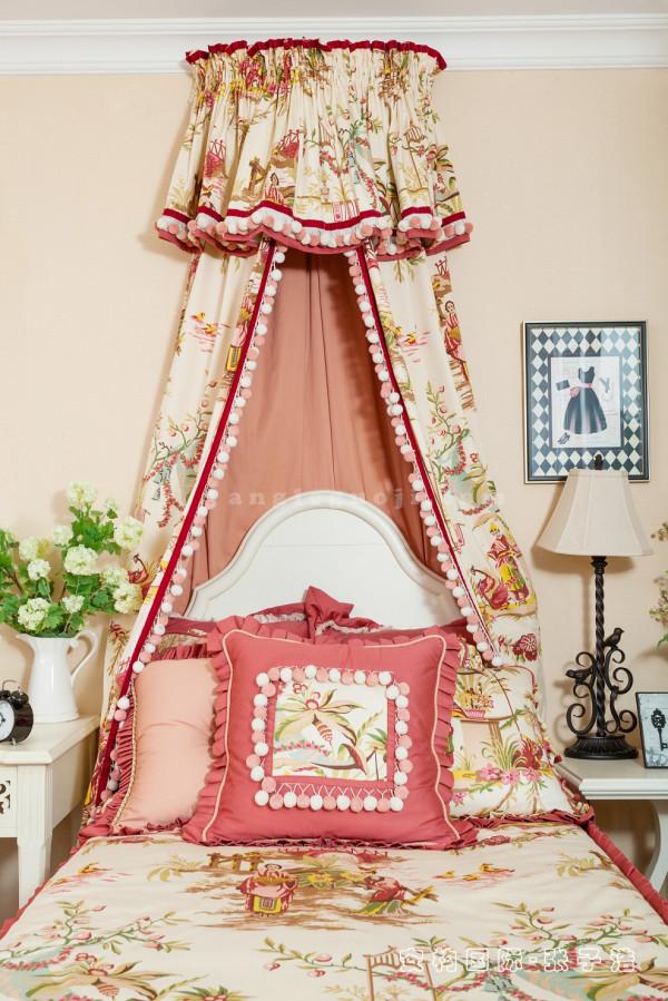【女儿卧】女儿卧布置较为温馨,主要以功能性和实用舒适为考虑的重点,多用温馨柔软的成套布艺来装点,同时在软装和用色上保持统一。
