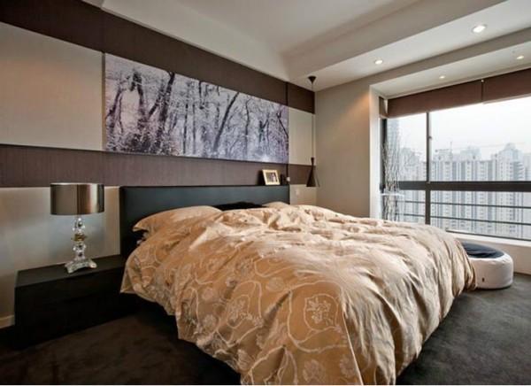 卧室则以暖色调为主,采用了简单的竖条纹装饰壁纸,显现了空间的简单和有条理。简洁、干净的线条,配以图案柔和的家具、配饰,又不使空间过于呆板,迎合了居室主人的喜爱。