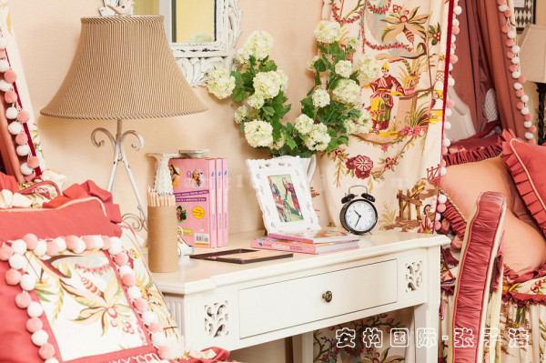 【女儿卧局部】女儿卧风格优雅独特,简洁明快。设计上追求时尚而不浮躁,追求典雅,而又不乏浪漫。桌上多元化的装饰物,充分展现浪漫温馨。
