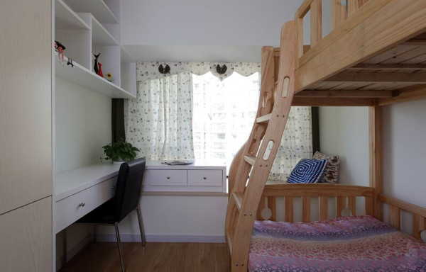 借用飘窗做柜子巧妙利用家里的空间,转角书桌,储物学习,欣赏窗外的美景两不误。原木色的子母床,美观的同时最大的利用空间,如果阳光倾洒,更营造了美好氛围。