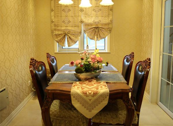 温暖的灯下,一家人围坐一周,精致的餐盘里,散发着诱人香味的食物,以及那一杯鲜红透明的酒。其实在自己家里,也能有着如此温馨的浪漫氛围。