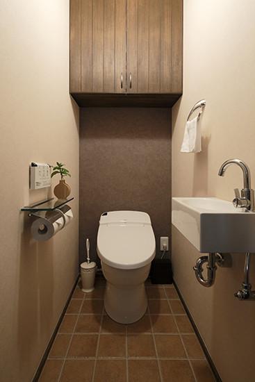 网格式的棕色瓷砖,不仅具有防滑作用,还便于主人清洁打扫。悬空式的木质收纳柜,节省空间的同时还具有大容量的收纳功能,一举两得。