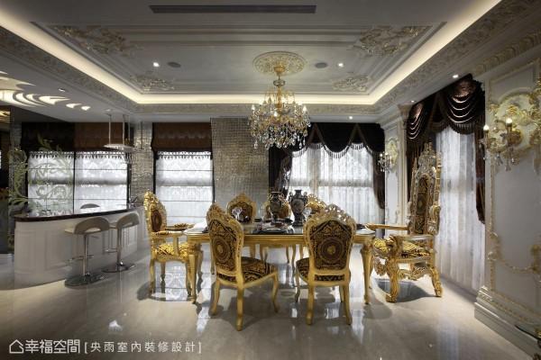 耀眼夺目的皇室餐厅,融会古典的极致瑰丽,并围塑一贯的设计主题,精致天花板、华美的水晶吊灯及描金语汇等,带来无比的尊荣感。