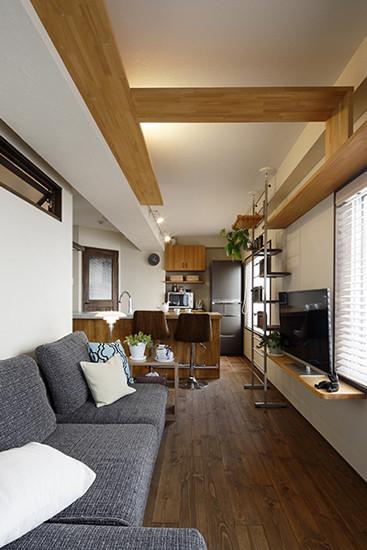 木板打造的收纳架,坚固耐用,放上家中的液晶电视正好合适。百叶窗,有效的调节了室内的亮度。灰色的布衣沙发,搭配白色和蓝色的抱枕,整体显得简约大方。