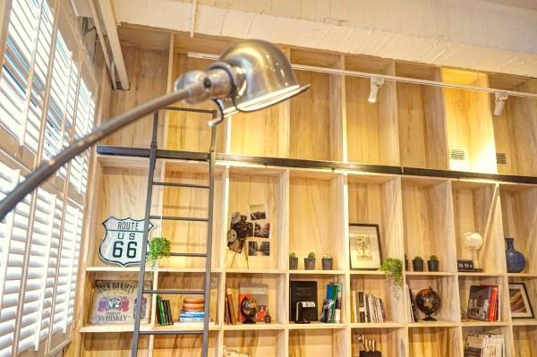 書架邊可移動的梯子更具功能性