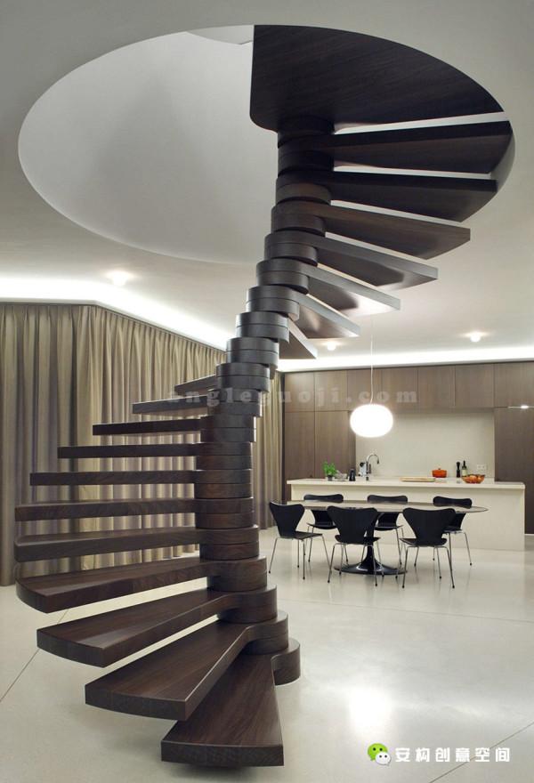 一条自我支撑的旋转楼梯通向住宅的上层。三个独立式小空间分别用作储存空间、技术设备室和卫生间,它们是三个房间与门厅的分隔物。