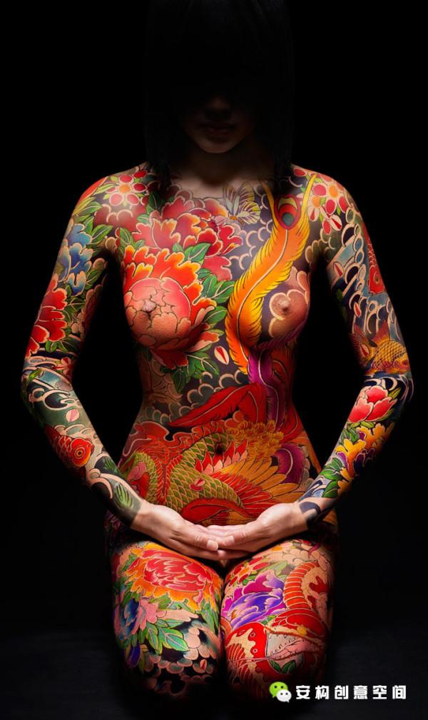 Miss Kō是一个半遮面的欧洲裸体女主角,全身都以油彩覆体。她赤裸裸得表达着自己对好奇、冒险、奇遇、美好事物的喜爱,这个意味着幻想世界的地方仿佛讲述着艺术家们从约束中挣脱之后的狂喜之情。