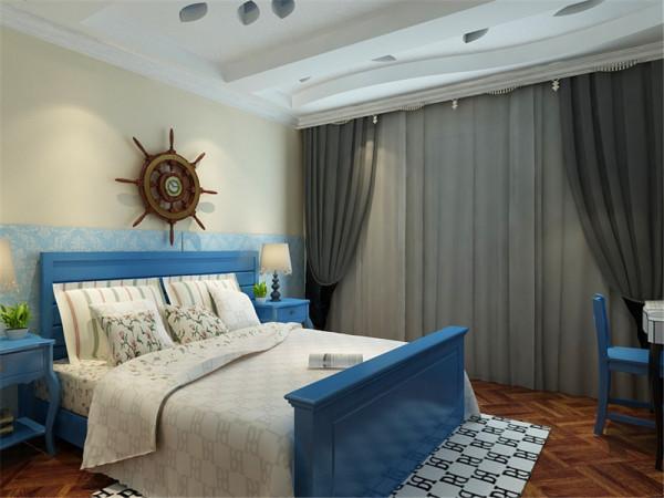 主卧室墙上也刷了浅色的乳胶漆墙上贴了壁纸,床和床头柜选择了深蓝色的,地面选择了深色的地板。地中海风格的基础是明亮、大胆、色彩丰富、简单、民族性、有明显特色。