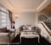 搭配欧式锻铁扶手与订制艺品的规划,沙发与茶几亦采古典元素呼应整体风格。