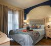 次卧:别致的造型搭配墙纸布艺窗帘显得温馨而经典。