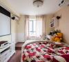 主卧室:简单墙纸搭配点花的纱帘造型独特的大床是否感觉回到童年花丛中嬉笑的时光。