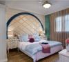 主卧室: 主卧室的,床背景也是用了造型来装饰,台灯也是一个辅助光源,营造气氛的同时也使晚上起夜有一个照明功能,整个房间依旧贯穿精致的路线。