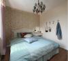 主卧室的装修采用的是田园风格,简单的小碎花,显得十分的温馨。